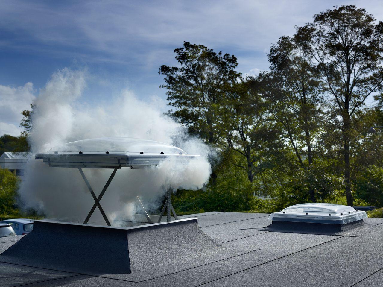 Exutorio fabricado en acero galvanizado, aluminio y policarbonato alveolar. Sistema de apertura automática para evacuación de humos
