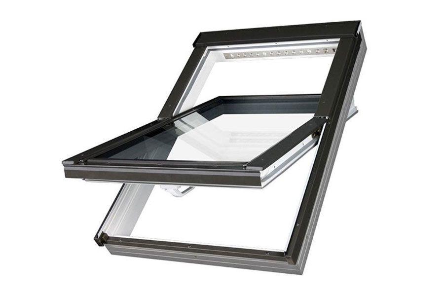 Ventana oscilante fabricada con perfil PVC multicámara y reja de ventilación permanente